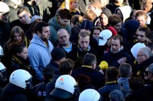 Robert Moonen und Helmut Kutsch reden mit den Fans der Alemannia