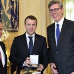Frankreis Präsident Macron (m) mit Aachens ehemaligem Oberbürgermeister und Vorsitzenden des Karlspreisdirektoriums Dr. Jürgen Linden (l) und dem amtierenden Oberbürgermeister Marcel Philipp (r.)