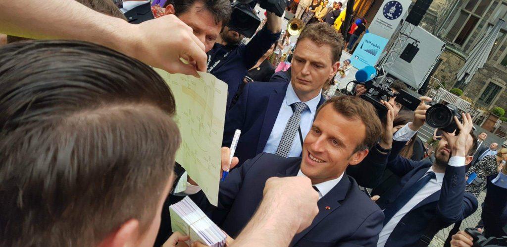 Übergabe der Postkarten von Pulse of Europe an Emmanuel Macron in Aachen beim Karlspreis 2018