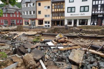 zerstörte Straße in BAd Münstereifel mit Häusern im Hintergrund